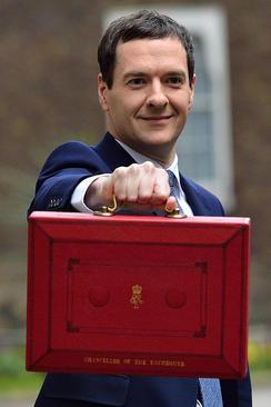 لایحه بودجه سالانه بریتانیا در چمدانی در دست وزیر دارایی این کشور در مقابل مقر نخست وزیری در خیابان داونینگ لندن