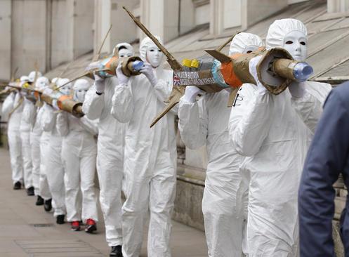 اعتراض نمادین فعالان صلح به فروش تسلیحات نظامی انگلیس به عربستان – خیابان داونینگ لندن