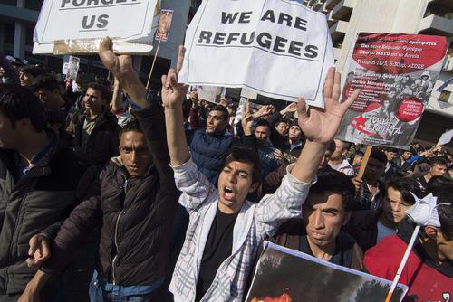 تظاهرات صدها پناهجوی خاورمیانه ای در شهر آتن یونان در اعتراض به سیاست های جدید کشورهای اتحادیه اروپا در جذب پناهجو