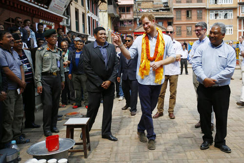 پرنس هری نوه ملکه بریتانیا در معبد طلایی در لالیتپور نپال