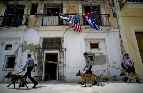 نیروهای امنیتی کوبا مشغول بازرسی محله ای قدیمی از شهر هاوانا پیش از بازدید باراک اوباما رییس جمهوری آمریکا