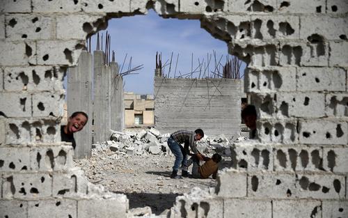 بازی کودکان در خرابه های جنگ در شهر دوما سوریه