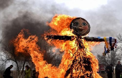 آتش زدن عروسک ساخته شده از چوب و پارچه به عنوان نماد زمستان در قزاقستان