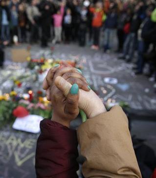 در حاشیه تجمع اهالی بروکسل برای گرامیداشت یاد قربانیان انفجارهای سه شنبه فرودگاه و مترو این شهر