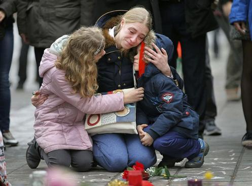 تجمع اهالی بروکسل برای گرامیداشت یاد قربانیان انفجارهای سه شنبه در این شهر. حملات انتحاری در فرودگاه بروکسل و در نزدیکی ایستگاه متروی مالبک بیش از ۳۰ کشته و ۲۷۰ مجروح به جا گذاشت. عکس از ونسان کسلر/رویترز