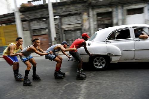 عکسی از هاوانا، پایتخت کوبا و نوجوانانی که به اسکیتنگ مشغولند.  عکس از رویترز، ایوان آلواردو