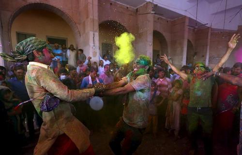 شهر برسانا در شمال هند شاهد مراسم جشن مقدس هندویان است. این مراسم که با نام جشن رنگ ها نیز شناخته می شود به نشانه آغاز بهار برگزار می شود. غیر هندویان نیز در این جشن شرکت می کنند.