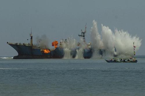 نیروی دریایی اندونزی در پی درگیری با سرنشینان یک کشتی غیرمجاز ماهیگیری در آبهای این کشور، مانع فعالیت این کشتی شد. این کشتی که از هیچ کشوری مجوز فعالیت نداشت، پرچم نیجریه را بر خود داشت و روز ۲۵ فوریه توقیف شده بود. مالکان این کشتی در طول دوران فعالیت قانونی آن چندین نام بر روی آن گذاشته بودند. عکس: آندنگ بوستومی وآنتارا فوتو/رویترز