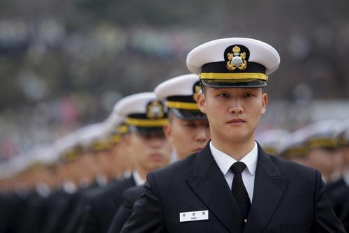 افسران نظامی جدید کره جنوبی در مراسم رژه نظامی برای ورود به ارتش این کشور شرکت کردند. عکس: چونگ سونگ / رویترز