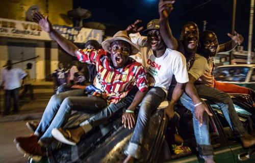 جشن و شادمانی هواداران رئیس جمهور کنگو (دینیس ساسو نغیسو) در خیابان های برازاویل بعد از اعلام پیروزی او در انتخابات. عکس از مارکو  لونگاری - خبرگزاری فرانسه