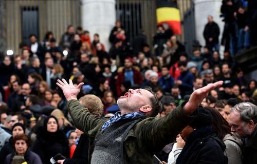 تجمع ساکنان بروکسل برای گرامیداشت یاد قربانیان انفجارهای روز سه شنبه این شهر. عکس از پاتریک ستولارز - خبرگزاری فرانسه