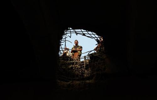 یک یمنی در حال بررسی آثار حمله هوایی جنگنده های سعودی. عکس از محمد هویس - خبرگزاری فرانسه