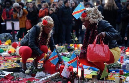 روشن کردن شمع به یاد قربانیان انفجارهای بروکسل . عکس از کنزو تربیولارد -  خبرگزاری فرانسه