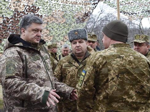 بازدید پترو پروشنکو (سمت چپ تصویر) رییس جمهور اوکراین به همراه وزیر دفاع این کشور از موضع نیروهای اوکراینی مستقر در منطقه دونتسک در شرق اوکراین