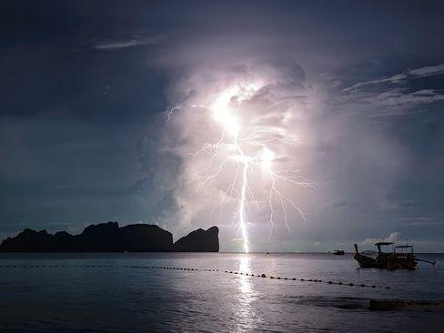 رعد و برق در آب های اطراف یک پارک ملی در تایلند