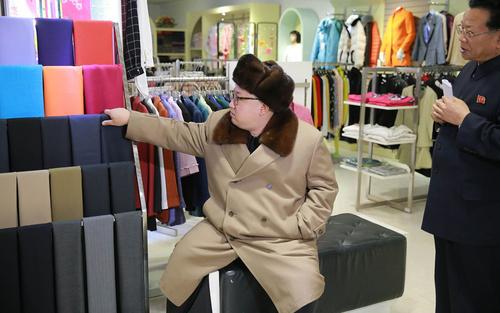 بازدید کیم جونگ اون رهبر کره شمالی از یک فروشگاه در شهر پیونگ یانگ