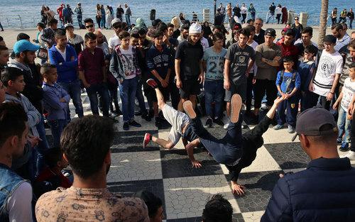 مسابقه رقص جوانان لبنانی با جوانان آواره جنگی سوری در بیروت