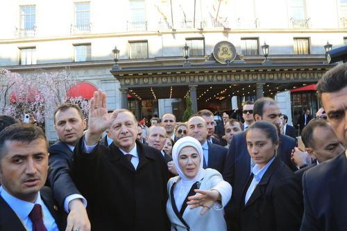 رجب طیب اردوغان رییس جمهور ترکیه به همراه همسرش امینه در مقابل هتل محل اقامت خود در واشنگتن و در حال دست تکان دادن به ابراز احساسات شهروندان ترک ساکن واشنگتن. اردوغان برای شرکت در اجلاس امنیت هسته ای به آمریکا رفته و در جریان این سفر دیداری با همتای آمریکایی خود نخواهد داشت