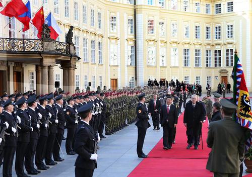 استقبال رسمی از شی جن پنگ رییس جمهوری چین در کاخ ریاست جمهوری جمهوری چک در شهر پراگ