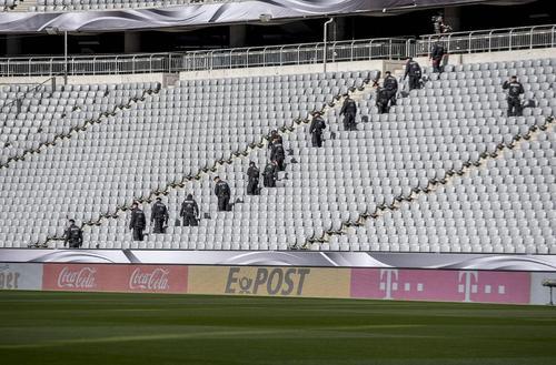 بازرسی امنیتی از استادیوم فوتبال شهر مونیخ پیش از برگزاری بازی دوستانه دو تیم ملی فوتبال آلمان و ایتالیا
