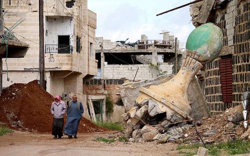 قدم زدن در ویرانه های جنگ در شهر درعا سوریه