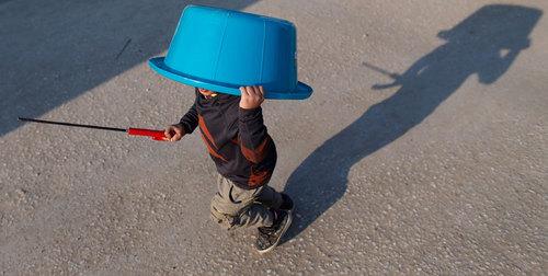 یک پسر بچه پناهجو در حال بازی در اردوگاه پناهجویان در مرز یونان و مقدونیه