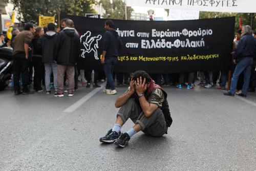 تظاهرات پناهجویان و حامیان یونانی آنها در مقابل ساختمان کمیسیون اروپا در آتن در اعتراض به تصمیمات اخیر اتحادیه اردوپا در محدود کردن ورود پناهجویان به این قاره