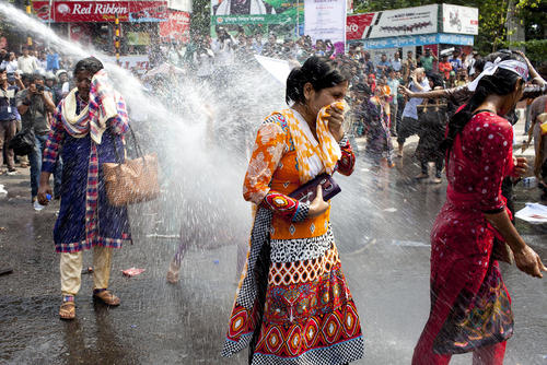 استفاده پلیس بنگلادش از ماشین آب پاش برای متفرق کردن تظاهرات پرستاران بنگلادشی – داکا