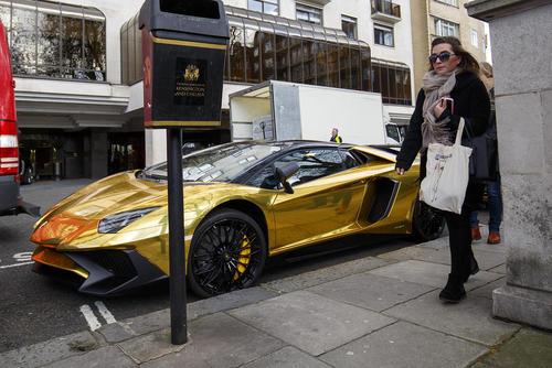 به نمایش گذاشتن خودروهای لوکس طلایی یک ثروتمند سعودی در خیابان های لندن