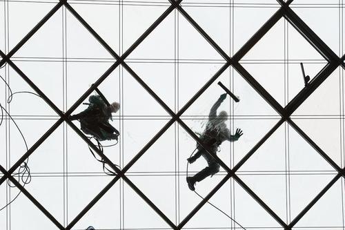 تمیز کردن نمای شیشه ای برجی در درسدن آلمان