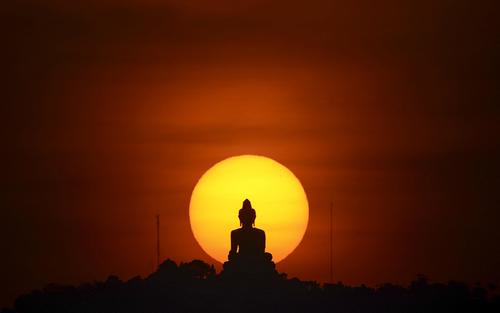 مجسمه بزرگ بودا در غروب خورشید در جزیره پوکت تایلند