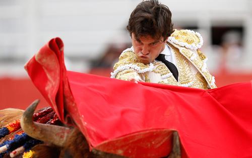 گاو باز اسپانیایی در حال نمایش در شهر آرلس در جنوب فرانسه