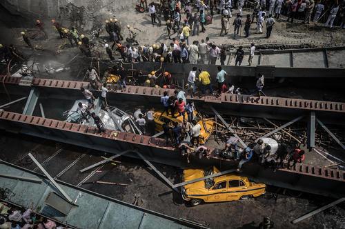 ریزش یک پل در دست ساخت در کلکته هند. در این حادثه 20 تن کشته و 150 نفر زخمی شدند