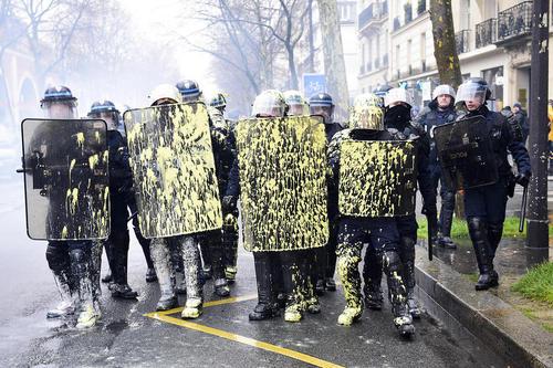 پاشیدن رنگ به روی پلیس از سوی معترضان به تغییر قانون کار فرانسه - پاریس