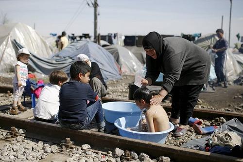 حمام کردن کودکان در اردوگاه پناهجویان در مرز یونان و مقدونیه