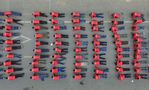 کارگران بخش توزیع یک شرکت چینی در حال انجام تمرینات بدنی – شانگهای