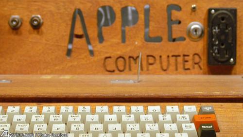 اولین کامپیوتر اپل معروف به اپل 1 که در سال 1976 ساخته شد