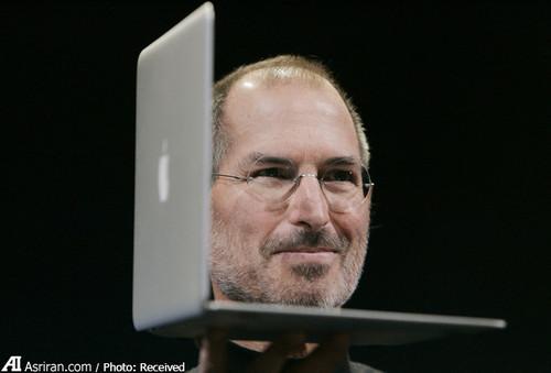 اولین دستگاه مک بوک ایر که یک مدل ۱۳.۳ اینچی بود، به عنوان باریکترین لپتاپ جهان در کنفرانس و نمایشگاه مکورلد در ۱۵ ژانویه ۲۰۰۸ معرفی شد.