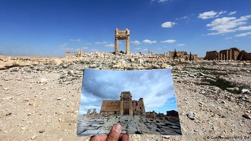 بل یکی از خدایان باستانی سرزمین شام بود و معبد او ۳۲ سال پیش از میلاد مسیح ساخته و به او تقدیم شد. حدود ۲۰۰ سال پس از آن هم بخش بیرونی معبد توسعه یافت و از جمله یک قربانگاه به آن اضافه شد.