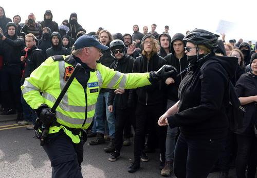تظاهرات فعالان راستگرا و ضد مهاجران و مخالفان آنها و میانداری پلیس - کنت بریتانیا