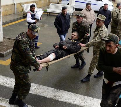 انتقال یک سرباز مجروح ارتش آذربایجان به بیمارستان. در روزهای گذشته درگیری های شدیدی در 3 منطقه بین نیروهای جدایی طلب منطقه خودمختار قره باغ و ارتش آذربایجان روی داده است