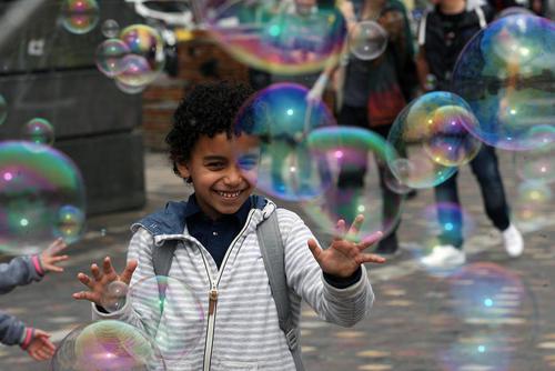 حباب بازی یک کودک در یکی از میادین اصلی شهر آتن