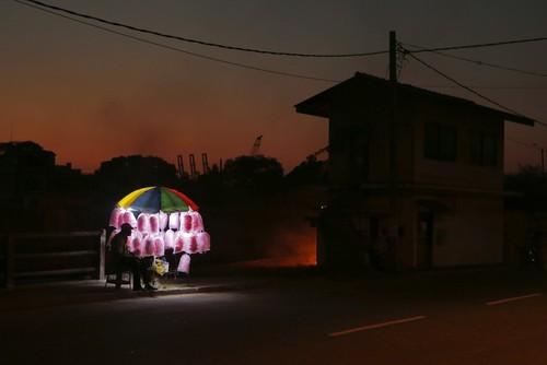 پشمک فروش سری لانکایی در انتظار مشتری – شهر کلمبو
