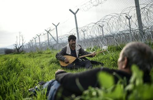 نوازندگی یک پناهجوی سوری در مرزهای بسته بین یونان و مقدونیه