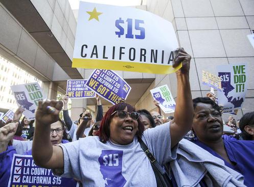 جشن افزایش حداقل دستمزد به 10 دلار و 50 سنت برای هر ساعت از سال 2017 و به 15 دلار از سال 2022 در ایالت کالیفرنیا آمریکا. کالیفرنیا نخستین ایالت آمریکاست که حداقل دستمزدها به 15 دلار در ساعت افزایش می یابد- لس آنجلس