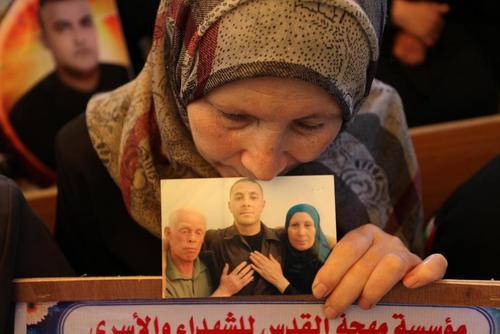 تظاهرات در مقابل ساختمان صلیب سرخ در غزه با درخواست آزادی زندانیان فلسطینی از زندان های اسراییل