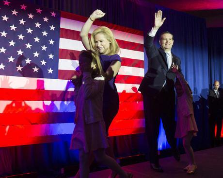 تد کروز سناتور ایالت تگزاس و یکی از نامزدهای جمهوریخواهان در انتخابات مقدماتی ریاست جمهوری آمریکا پس از پیروزی در انتخابات مقدماتی ایالت ویسکانسین به همراه همسر و فرزندانش و در جمع حامیان