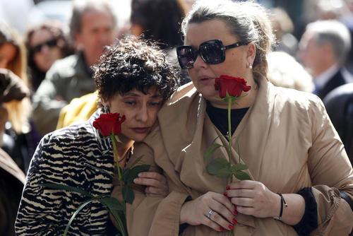 مراسم تدفین مانولو تنا یکی از خوانندگان مشهور اسپانیایی در شهر مادرید اسپانیا. تنا در 64 سالگی و در اثر ابتلا به سرطان درگذشت