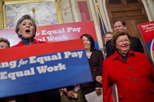 کنفرانس خبری سناتورهای زن آمریکایی در حمایت از طرح پرداخت حقوق یکسان برای کار یکسان به زنان و مردان – واشنگتن