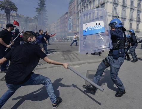 تظاهرات ضد دولتی جوانان در شهر ناپل ایتالیا